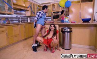 Porno com morena gostosa na cozinha de casa