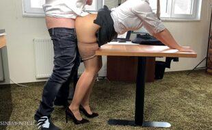 Sexo com a secretaria que faz tudo pelo seu trabalho