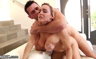 Peituda novinha do xvideos fazendo sexo anal forte
