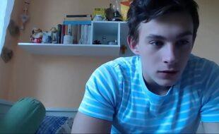 Webcam gay novinho sarado tocando punheta