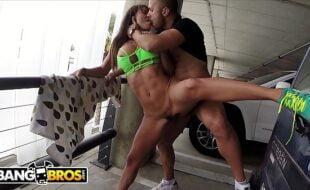 Vídeos xxx en español com mulher fodendo no estacionamento