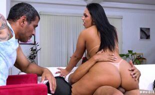 Brasileira traindo marido corno na frente dele