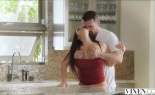 Mulher transando gostoso demais com seu macho na cozinha