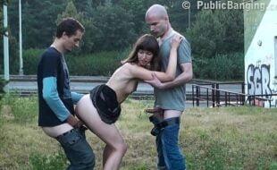 Sexo em publico com a garota bebada pelada dando para dois